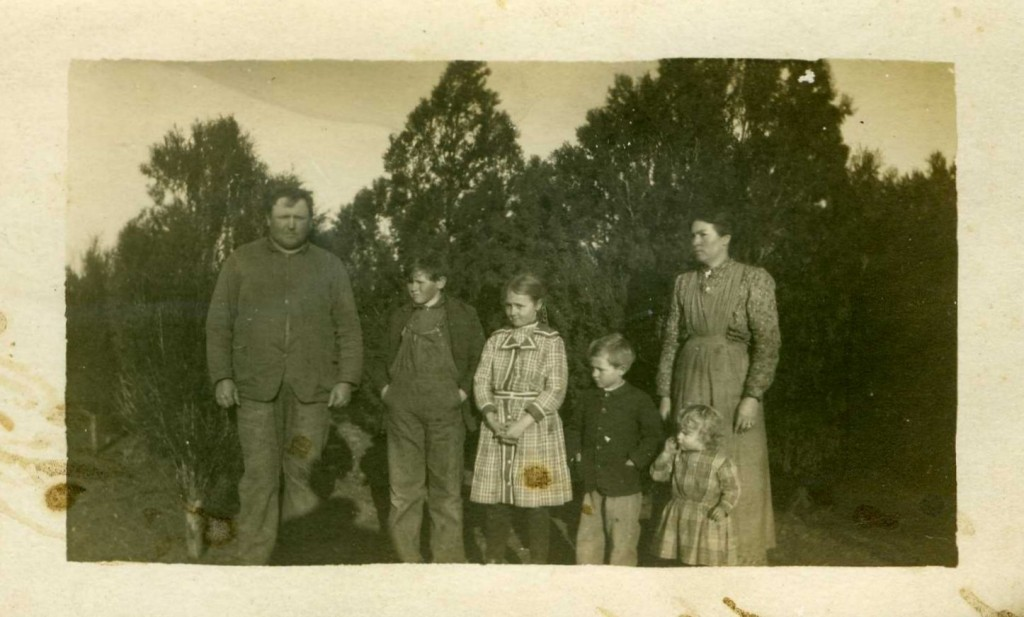 Warner & Carrie Breneman Jones & children, Floyd, Rose, Daryl M, and Dorothy